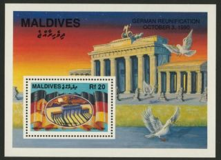 Maldives 1514 Brandenburg Gate,  Horse,  Flag,  Bird photo